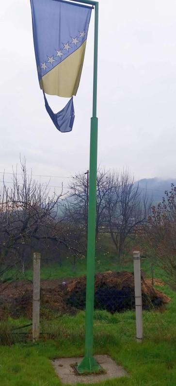 Zaštićeni spomenik: Pocijepana zastava i đubrište