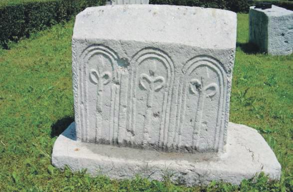 Ljiljani na stećku iz Opličića kod Stoca (14. stoljeće)